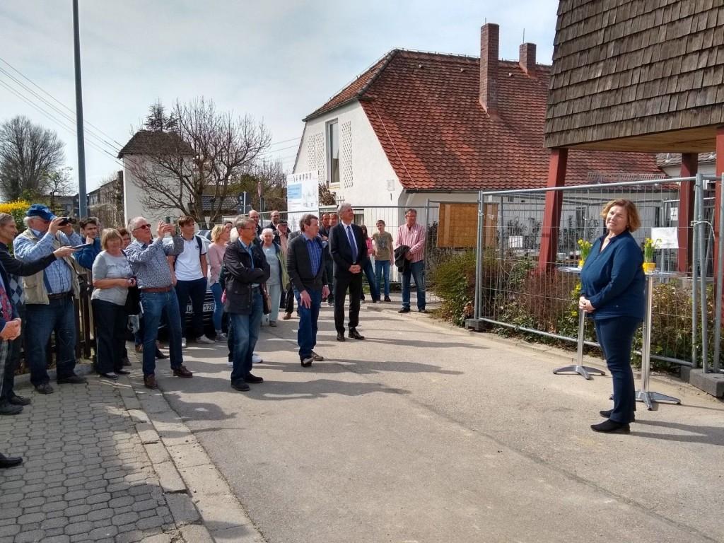 Pfarrerin Wagner begrüßt Anwesenden beim Richtfest