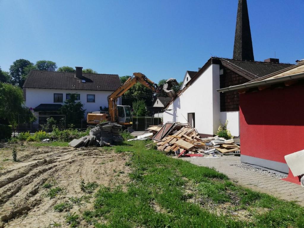 Zuerst wurde das Gemeindehaus entkernt. Nun beginnt der Bagger seine Arbeit.